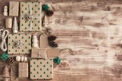 Взгляд сверху подарков на рождество положенных в коробку коричневым цветом Стоковое Изображение