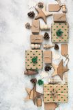 Взгляд сверху подарков на рождество положенных в коробку коричневым цветом Стоковые Изображения RF