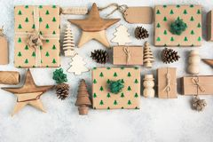 Взгляд сверху подарков на рождество положенных в коробку коричневым цветом Стоковые Фото