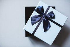 Взгляд сверху подарочной коробки сини открытое Стоковое фото RF