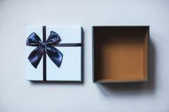 Взгляд сверху подарочной коробки сини открытое Стоковые Изображения RF