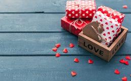 Взгляд сверху подарочной коробки с и красных украшений сердец на день валентинок Стоковые Фотографии RF