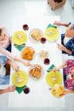 Взгляд сверху подрезало портрет праздничных родственников наводя еду внутри Стоковое Изображение RF