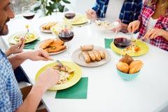 Взгляд сверху подрезало портрет праздничных родственников наводя еду внутри Стоковые Изображения