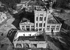 Взгляд сверху покинутого завода виноделия стоковые изображения