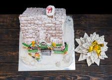Взгляд сверху покрытой снег крыши домодельного дома пряника близко Стоковая Фотография RF