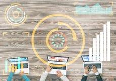 Взгляд сверху предпринимателей сидя на таблице и используя устройства Стоковые Изображения RF