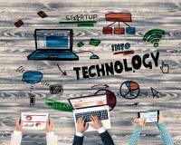 Взгляд сверху предпринимателей сидя на таблице и используя устройства Стоковое Изображение RF