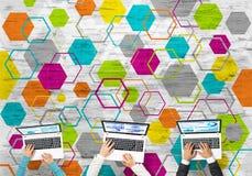 Взгляд сверху предпринимателей сидя на таблице и используя устройства Стоковая Фотография