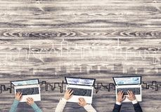 Взгляд сверху предпринимателей сидя на таблице и используя устройства Стоковые Фотографии RF