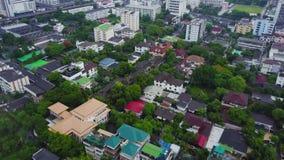 Взгляд сверху пригородного района в Бангкоке Вид с воздуха верхних частей автостоянки и крыши урбанизации Таиланда top сток-видео