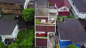 Взгляд сверху пригородного района в Бангкоке Вид с воздуха верхних частей автостоянки и крыши урбанизации Таиланда top видеоматериал