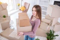 Взгляд сверху приятной молодой женщины держа 2 коробки Стоковое фото RF