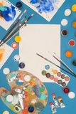 Взгляд сверху пустого листа бумаги и различных красок на a Стоковые Фотографии RF