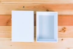 Взгляд сверху пустой белой подарочной коробки на деревянном столе с космосом экземпляра Стоковые Изображения RF