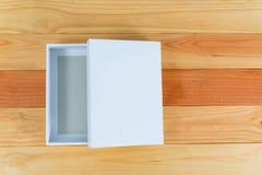 Взгляд сверху пустой белой подарочной коробки на деревянном столе с космосом экземпляра Стоковое Изображение