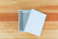Взгляд сверху пустой белой подарочной коробки на деревянном столе с космосом экземпляра Стоковые Изображения