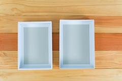 Взгляд сверху пустой белой подарочной коробки на деревянном столе с космосом экземпляра Стоковое Изображение RF