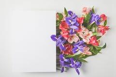 взгляд сверху пустой карточки и красивого букета цветка на сером цвете Стоковая Фотография