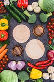 Взгляд сверху пустых деревянных плит и свежих сырцовых органических овощей Стоковое Изображение