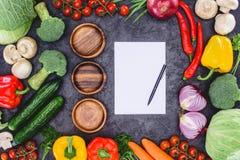 Взгляд сверху 3 пустых деревянных плит, чистого листа бумаги с ручкой и свежих сортированных овощей Стоковое Изображение RF