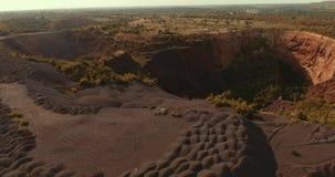 Взгляд сверху работая карьеры Воздушная киносъемка Насыпи полезных минералов Дорога на Марсе видеоматериал