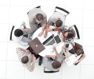 Взгляд сверху работники делают финансовый отчет стоковое фото rf