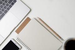 Взгляд сверху рабочего места офиса Белый стол с космосом экземпляра Плоский взгляд положения на таблице с компьтер-книжкой, ручко Стоковое Изображение RF