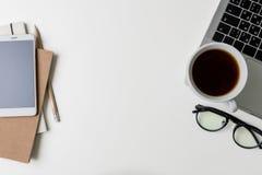 Взгляд сверху рабочего места офиса Белый стол с космосом экземпляра Плоский взгляд положения на таблице с компьтер-книжкой, телеф Стоковые Фото