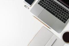 Взгляд сверху рабочего места офиса Белый стол с космосом экземпляра Плоский взгляд положения на таблице с компьтер-книжкой, телеф Стоковое фото RF