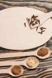 Взгляд сверху различных красочных трав и специй в ложке на деревенской коричневой деревянной предпосылке в концепции специи для з Стоковые Фотографии RF