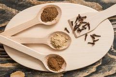 Взгляд сверху различных красочных трав и специй в ложке на деревенской коричневой деревянной предпосылке в концепции специи для з Стоковое Изображение RF