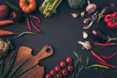 взгляд сверху различных овощей и разделочной доски Стоковые Изображения RF