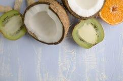 Взгляд сверху рамки сделанный здоровой еды витамина на голубой предпосылке Пустой космос для текста стоковые фото