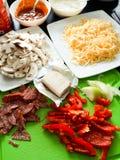 Взгляд сверху рецепта еды домодельных ингридиентов пиццы итальянское Стоковые Изображения