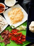 Взгляд сверху рецепта еды домодельных ингридиентов пиццы итальянское Стоковое фото RF