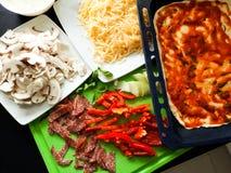 Взгляд сверху рецепта еды домодельных ингридиентов пиццы итальянское Стоковое Изображение RF