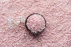взгляд сверху розового соли моря в шаре и красивом небольшом стоковые фотографии rf