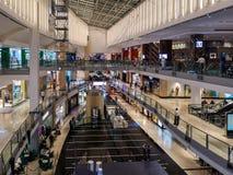 Взгляд сверху роскошного интерьера торгового центра с покупками людей стоковые фотографии rf