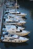Взгляд сверху роскошных плавая яхт и шлюпок причаленных в порте Fontvieille в Монако стоковые изображения rf