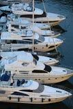 Взгляд сверху роскошных плавая яхт и шлюпок причаленных в порте Fontvieille в Монако стоковое фото