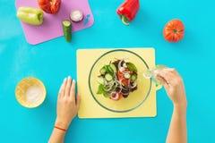 Взгляд сверху, руки плоского положения женские варя салат Стоковая Фотография RF
