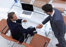 взгляд сверху Рукопожатие бизнесменов стоковые изображения rf