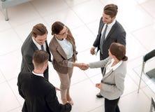 Взгляд сверху рукопожатие 2 бизнес-леди перед встречей стоковое фото