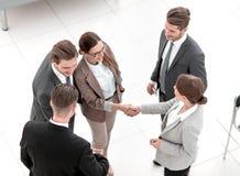 Взгляд сверху рукопожатие 2 бизнес-леди перед встречей стоковые фото