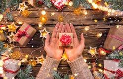 Взгляд сверху рук женщины с подарочной коробкой Стоковые Изображения RF