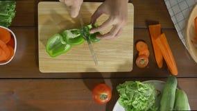 Взгляд сверху салата женщины главного делая здоровые еда и болгарский перец прерывать на разделочной доске в кухне видеоматериал