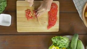 Взгляд сверху салата женщины главного делая здоровые еда и брокколи прерывать на разделочной доске в кухне видеоматериал