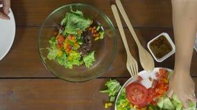 Взгляд сверху салата женщины главного делая здоровые еда и брокколи прерывать на разделочной доске в кухне сток-видео