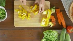 Взгляд сверху салата женщины главного делая здоровые еда и огурец прерывать на разделочной доске в кухне акции видеоматериалы